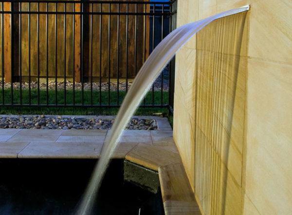 Detalle de Cascada de agua Silkflow AstralPool para piscina