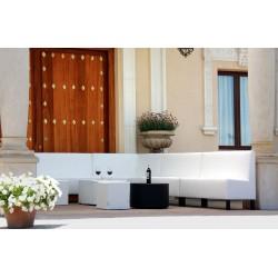 Conjunto de sofá blanco en terraza