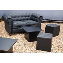 Sofá cherter dos plazas en color negro y mesas bajas