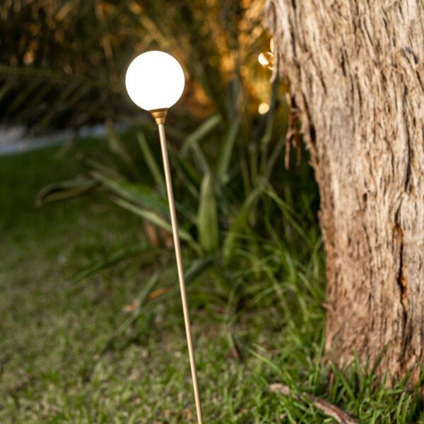 Lampara solar para poner en tierra en el jardín