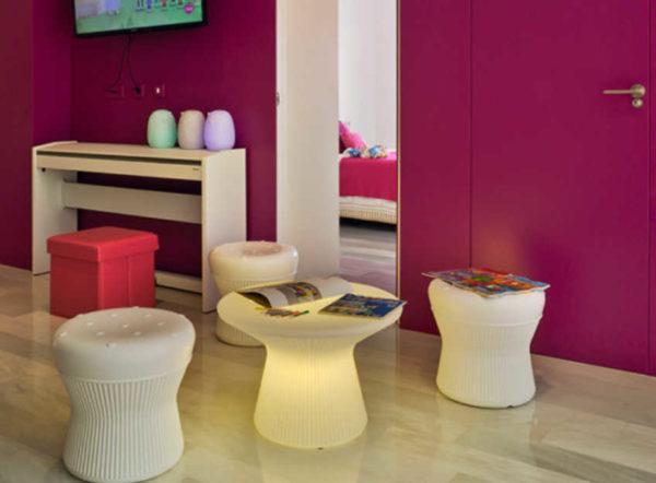 Taburete Corfu y mesa Capri luz