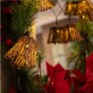 Guirnalda de luces decorando árbol de navidad