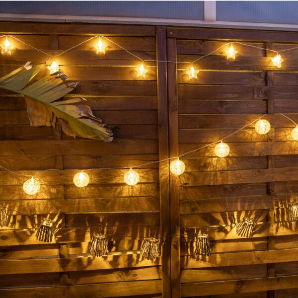 Guirnaldas decorando una pared de exterior